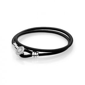 """Pandora """"Moments"""" en cuero negro."""