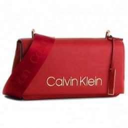 Calvin Klein bolso de mujer Modelo Candy Shoulder rojo.